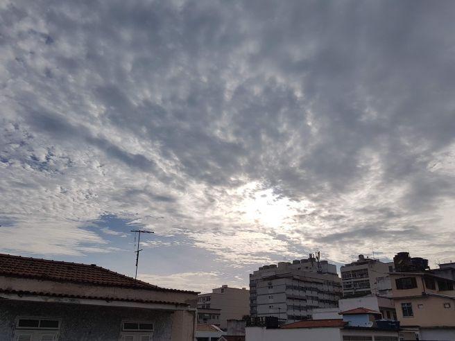 Amanhecendo com algumas nuvens