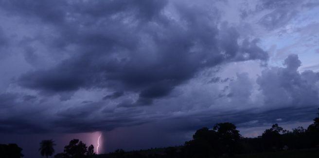 Chuva e raios na região de Ivinhema - MS.