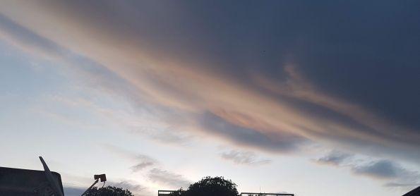 Fim de tarde com muitas nuvens, muito calor, mas ainda sem chuva