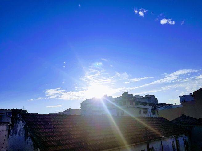 Sol forte pela manhã