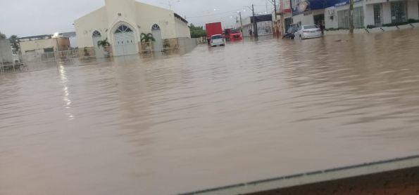 Chuvas inundam cidade. 140mm em poucas horas na manhã de hoje.