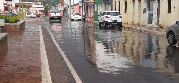 Chuva com trovoada e relâmpago  em Barra da Estiva  - BA