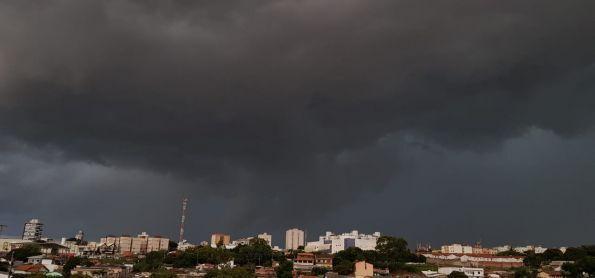 Cenário de chuva se formou, chovendo fortemente após