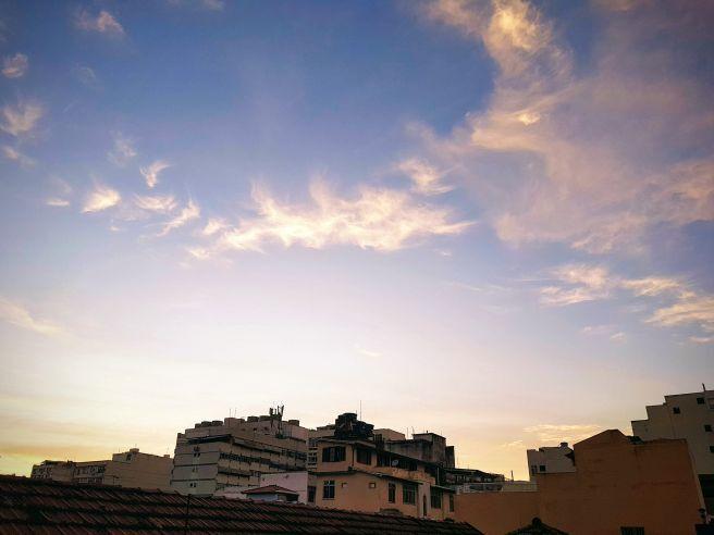 Amanhecer com algumas nuvens