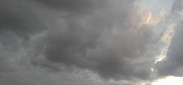 O tempo mostra sinal de mudança em Curitiba neste fim de tarde e frente fria chegando no parana
