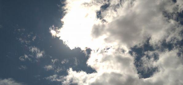 Sol entre nuvens em Curitiba nesta nanha