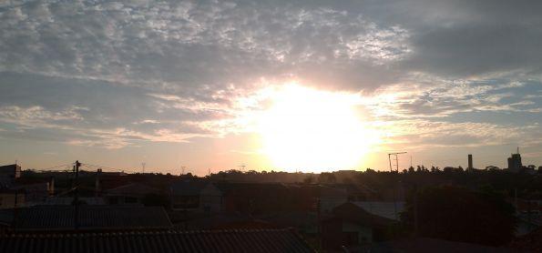 Sábado de fim de tarde em Curitiba de por do sol