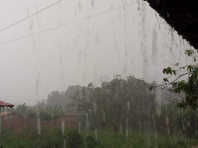 Tarde de sexta-feira com muita chuva em Teresina