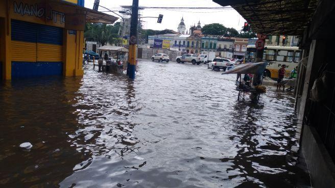 Chuva e maré alta provoca alagamentos na região Central de Belém PA
