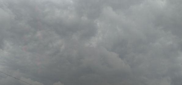Nuvens carregada nesse exato momento no céu de Curitiba nesta tarde,02/04/2020