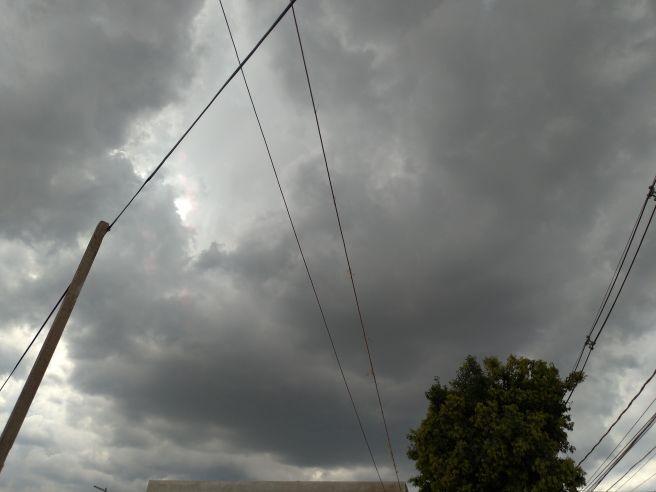 Nuvens muito carregado cobre o céu de Curitiba nesta tarde de segunda feira