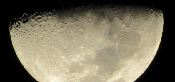 Lua crescente do dia 30 de maio as 22:40 com zoom de 139 vezes na cidade de Sumaré - SP.