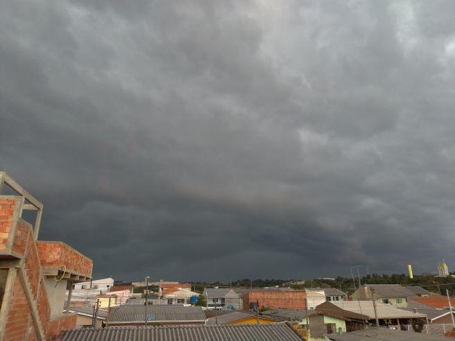 Nuvem carregada cobrindo o céu de Curitiba nesta tarde