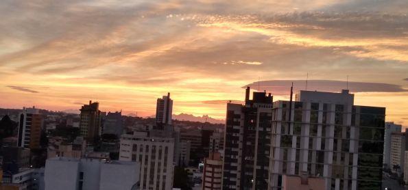 Hoje da minha janela esse espetáculo do nascer do sol Curitiba 😷
