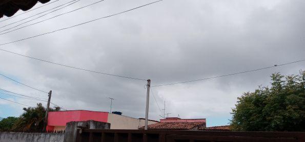 Sol entre nuvens em Natal-RN