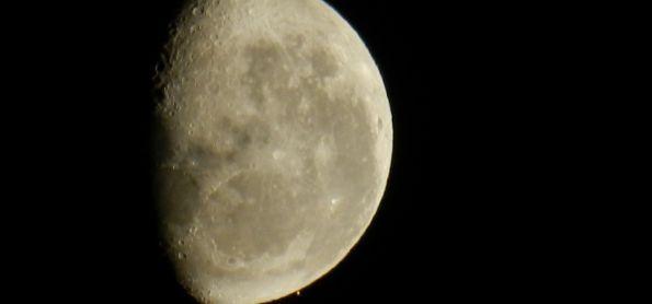 Marte brincando de Esconde-Esconde indo se esconder na Lua