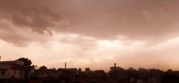 Ventania levantou poeira em Sorocaba.