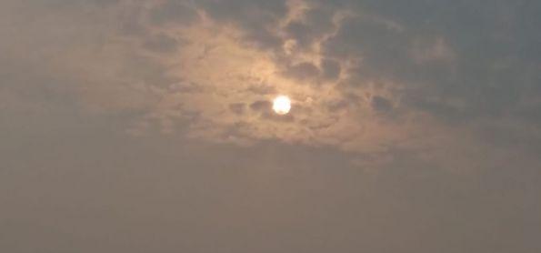 Sol tentando furar o cerco da poluição