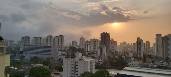 Sol entre nuvem em Santo André SP
