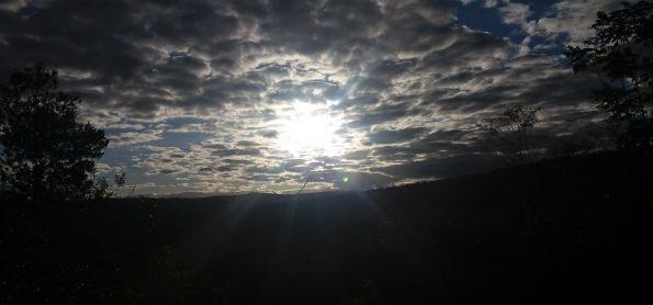 SOL ENTRE NUVENS EM SICORA DA SERRA - BAHIA