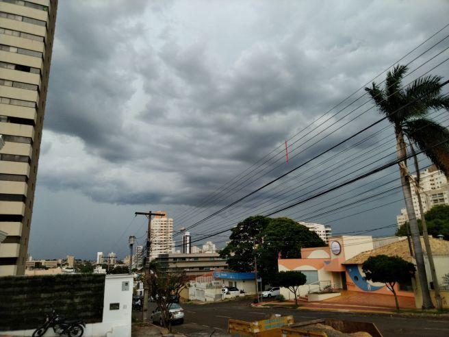 Tempo encoberto e tempestade em Campo Grande