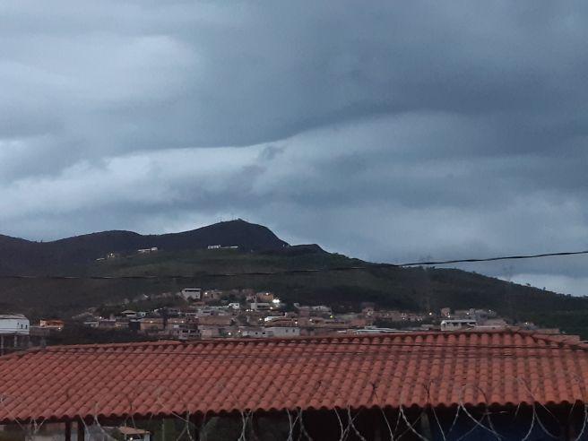Céu nublado sob a Serra do Rola Moça